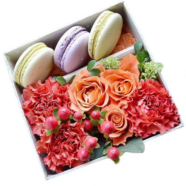 Композиция с макаронс и сезонными цветами